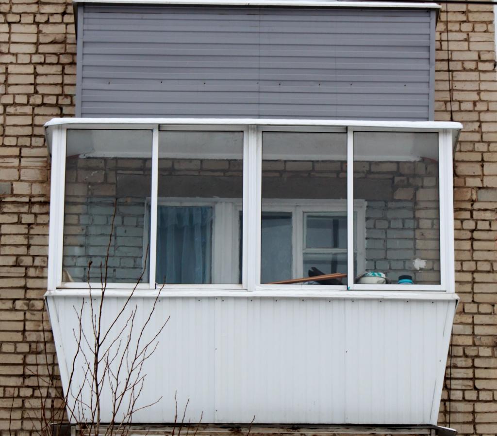 Балконный блок пластиковый 2100х2000 3 кам. дверь пов-отк. d.